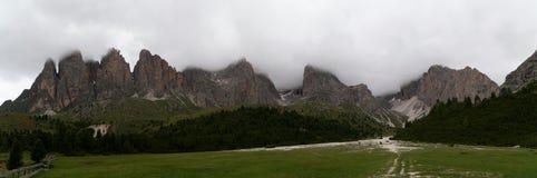 在狂放的风景的全景在高山区域 库存照片