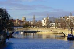在狂欢河的桥梁有后边新的犹太教堂圆屋顶的  库存图片