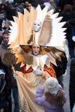 在狂欢节期间,金黄屏蔽在威尼斯被拍摄 免版税库存照片