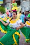 在狂欢节,加拉帕戈斯群岛期间的妇女跳舞 免版税库存图片
