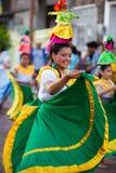 在狂欢节,加拉帕戈斯群岛期间的妇女跳舞 免版税库存照片