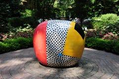 在狄克逊画廊的充满活力和五颜六色的石球6月金子陶瓷艺术展览和庭院在孟菲斯,田纳西 免版税库存图片
