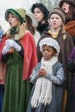 在狄更斯节日期间,孩子在音乐会执行 免版税库存照片
