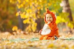 在狐狸服装打扮的逗人喜爱的男婴 免版税图库摄影