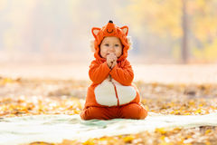 在狐狸服装打扮的逗人喜爱的男婴 库存图片