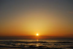 在狩猎海岛, NC美国上的温暖的春天日出 库存照片