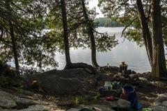 在独木舟游览时的露营地在阿尔根金族,加拿大 免版税库存照片