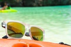 在独木舟的太阳镜 库存图片