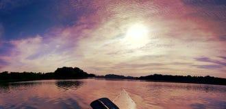 在独木舟的日落 免版税库存图片