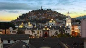 在独立广场的日落在与Virgen del Panecillo的历史的中心在bac中 免版税库存图片