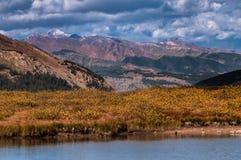 在独立通行证科罗拉多顶部的小Glacier湖 图库摄影
