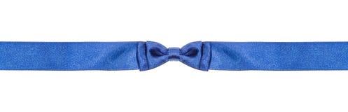 在狭窄的丝绸丝带的相称蓝色弓结 图库摄影