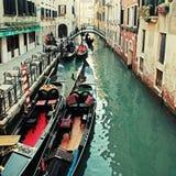 在狭窄的威尼斯式运河,威尼斯,意大利的典型的长平底船 库存照片