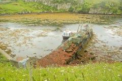 在狭窄的海湾的商业捕鱼业小船Mooed处于低潮中 库存图片