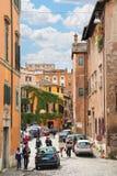 在狭窄的美丽如画的街道上的人们在罗马,意大利 免版税图库摄影