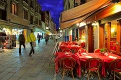 在狭窄的街道上的室外餐馆在威尼斯,意大利。 免版税库存图片