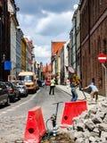 在狭窄的街道上的道路工程在托伦市的老部分在Polandcity 免版税图库摄影