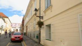 在狭窄的街道和博物馆残破的关系,萨格勒布开窗口上的看法  影视素材