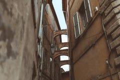 在狭窄的街道的曲拱在历史处所 免版税库存图片