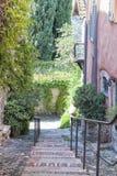 在狭窄的街道的石走道在老法国镇 库存照片