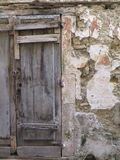 在狭窄的街道的老木门 库存图片