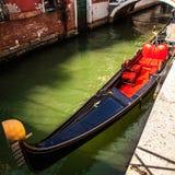 在狭窄的运河特写镜头的传统长平底船2016年8月17日在威尼斯,意大利 免版税库存照片