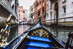 在狭窄的运河的传统长平底船在威尼斯,意大利 免版税图库摄影