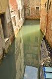 在狭窄的运河的反射 库存照片
