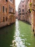 在狭窄的运河的长平底船在威尼斯,意大利 库存照片