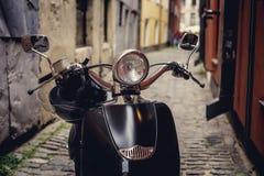 在狭窄的stree的Moto滑行车 免版税库存照片