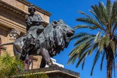 在狮子供以座位的抒情诗 免版税图库摄影