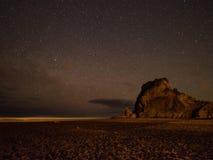 在狮子岩石@ Piha,新西兰的夜空 库存照片