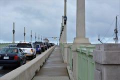 在狮子桥梁的汽车联盟  库存照片