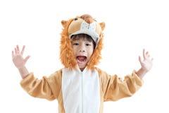 在狮子衣服打扮的逗人喜爱的小男孩 库存图片