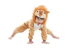 在狮子衣服打扮的逗人喜爱的小男孩 免版税图库摄影