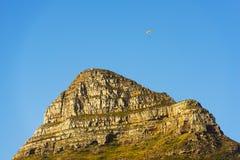 在狮子` s头的滑翔伞在开普敦,南非 免版税库存图片