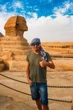 在狮身人面象附近在吉萨棉 开罗埃及 库存图片