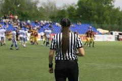 在狼和蓝色龙之间的橄榄球比赛 库存图片