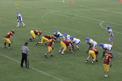 在狼和蓝色龙之间的橄榄球比赛 免版税库存照片