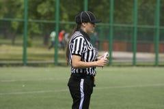 在狼和蓝色龙之间的橄榄球比赛 免版税图库摄影