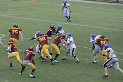 在狼和蓝色龙之间的橄榄球比赛 库存照片