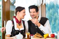 在猎人的客舱吃的年轻夫妇 库存照片