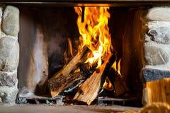 在猎人的客舱或高山小屋的壁炉 库存图片