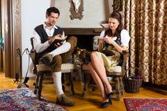 在猎人的客舱或高山小屋的年轻夫妇 库存图片
