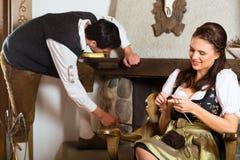 在猎人的客舱或高山小屋的年轻夫妇 免版税库存照片