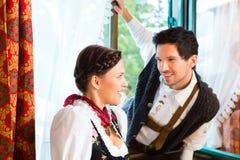 在猎人的客舱的窗口的年轻夫妇 库存照片