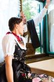 在猎人的客舱的窗口的年轻夫妇 免版税图库摄影