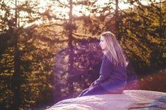 在猎物岩石顶部的女孩在北温哥华区, BC,加拿大 免版税图库摄影