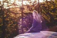 在猎物岩石顶部的女孩在北温哥华区, BC,加拿大 库存图片