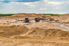 在猎物的巨大的挖掘者沙子提取采矿的 免版税库存图片